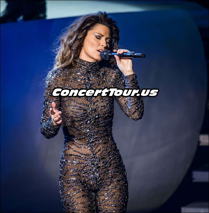 Shania Twain on Stage Performing 'Still The One'!