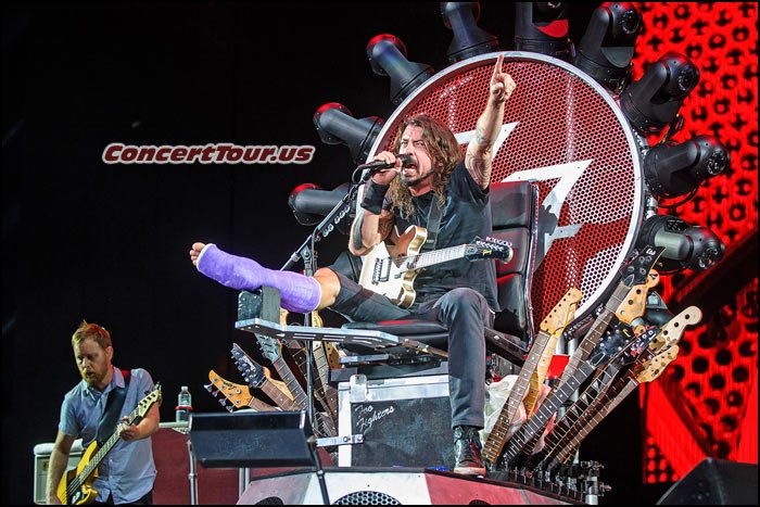 Dave Grohl continues to tour with the Foo Fighters, even though he broke his leg!