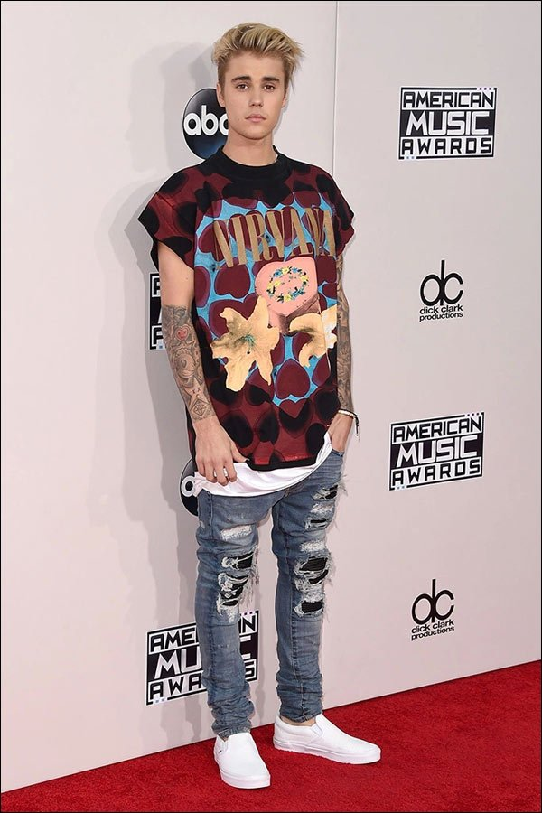 Justin Bieber shows up at the 2015 American Music Awards Show in Jeans and a T-Shirt. His Live Performances Were Awesome Though!