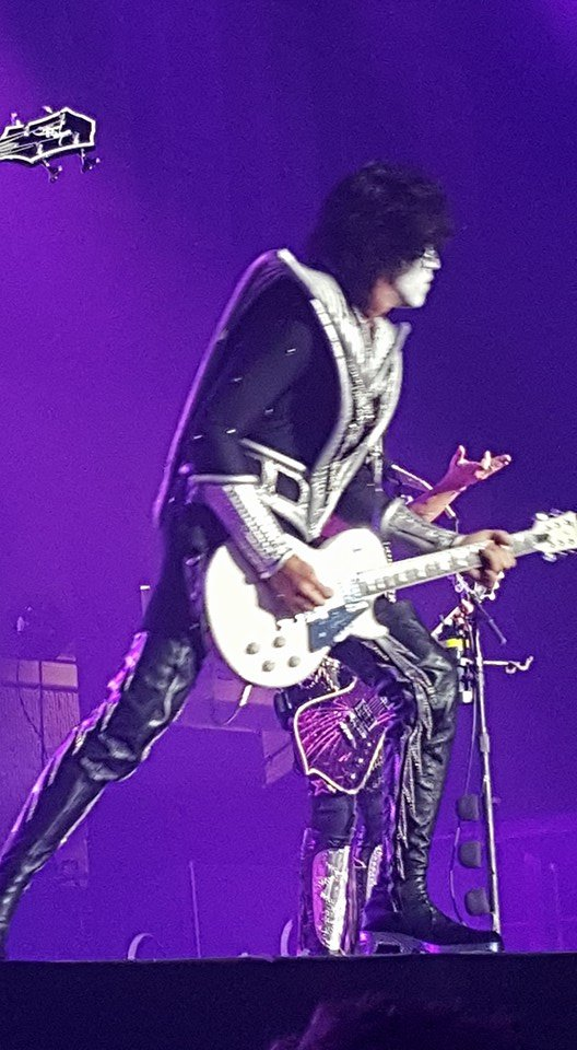 Tommy Thayer struts his stuff!